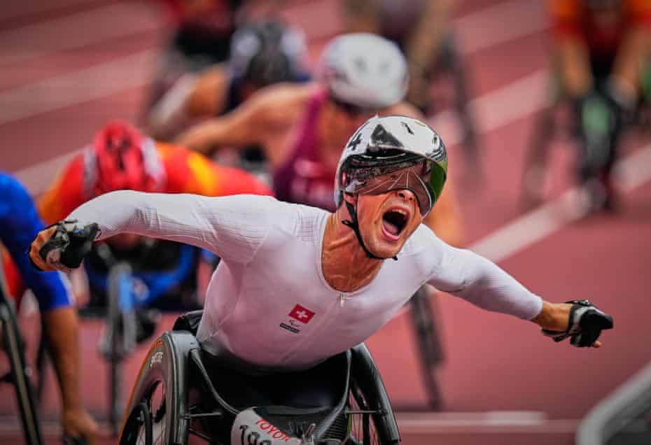 Marcel Hug celebrates his gold on the track