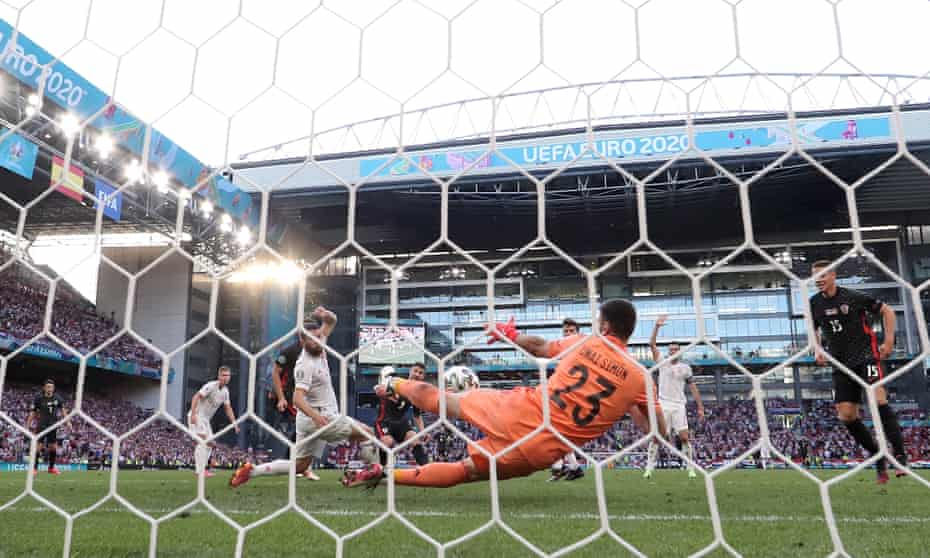 Simón makes an astonishing save to deny Croatia's Andrej Kramaric (No 9) at the start of extra time with the score at 3-3.