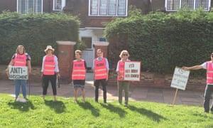 在伦敦伊灵的Marie Stopes堕胎诊所之外的亲选择活动家。