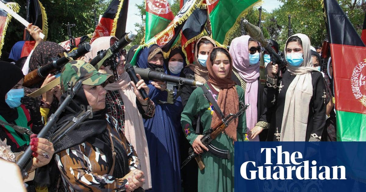 Gewapende Afghaanse vroue gaan die strate in om te wys dat hulle teen Taliban uittart