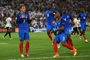 Paul Pogba, Blaise Matuidi, Patrice Evra and Moussa Sissoko celebrate with Antoine Griezmann.