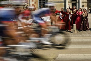 Spectators dressed in Renaissance costumes cheer the pack riding past the entrance of the 16th Century Chateau d'Anet, in Anet during the 181km eighth stage between Dreux and Amiens