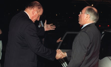 Tim Fischer says goodbye to John Howard at Sydney airport after handing the PM his resignation, 18 July 1999