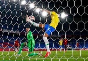 Diego Carlos aus Brasilien klärt den Ball im Fußball-Goldmedaillenspiel der Männer, das Brasilien mit 2:1 gewann.