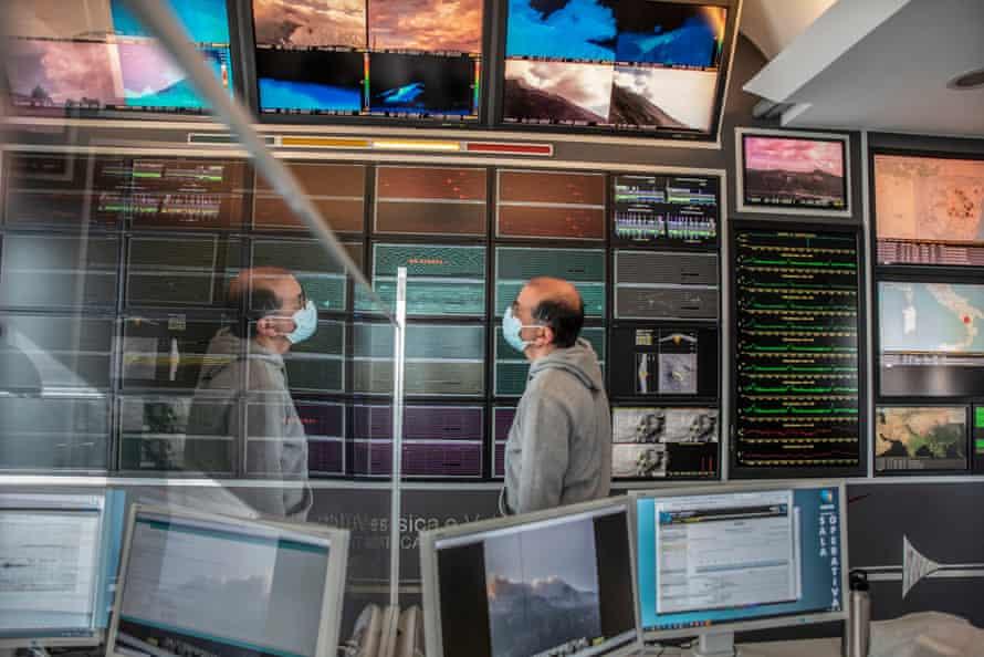 روبرتو موگری ، یک تکنسین اتاق عمل و مسئول نظارت بر فعالیت های آتشفشان.