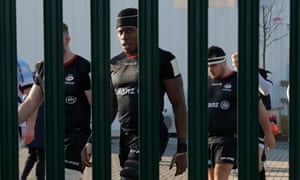 Maro Itoje and his Saracen teammates prepare for the second half against Racing 92.