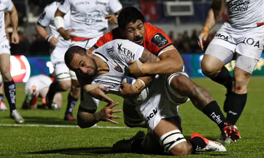 Samu Manoa stretches the Saracens the defence while playing for Toulon.