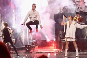 The Chainsmokers and Halsey perform at the 2016 American Music Awards.