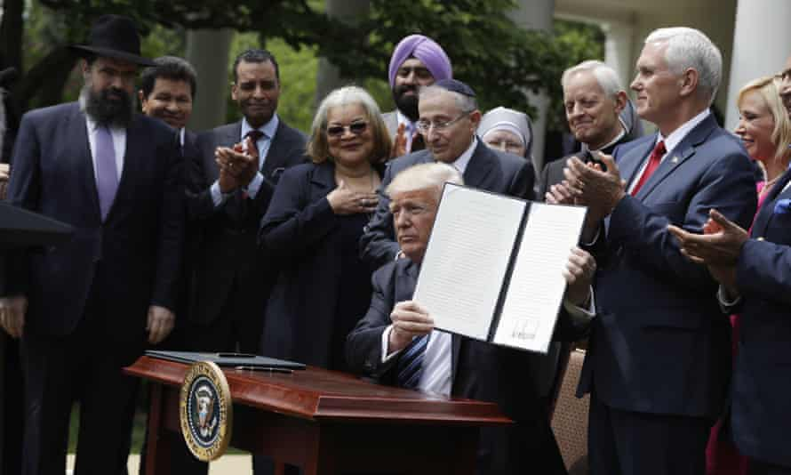 Trump with the order in the Rose Garden of the White House.