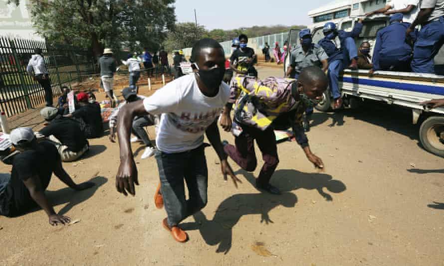 Zimbabwe University students flee police