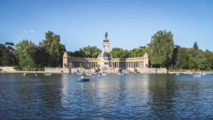 Parque del lago del Retiro en el Parque del Buen Retiro con un monumento al rey Alonso XII en un día soleado de verano en Madrid