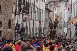 The ceraioli run through the streets of Gubbio carrying the candles