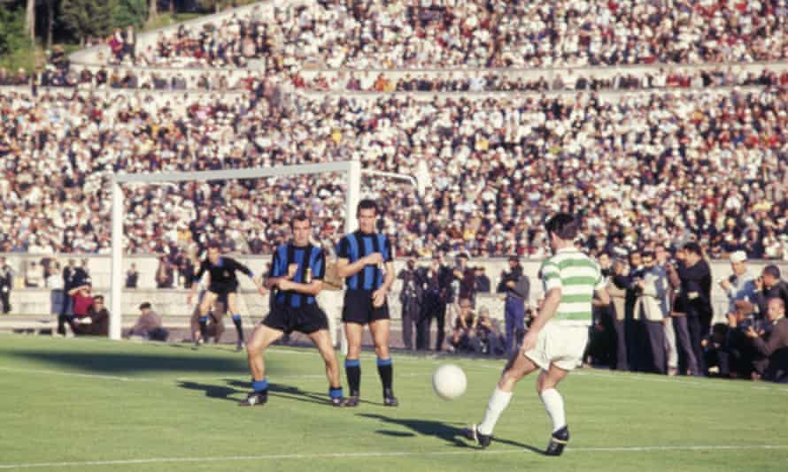 Jimmy Johnstone sends the ball into the Inter box.