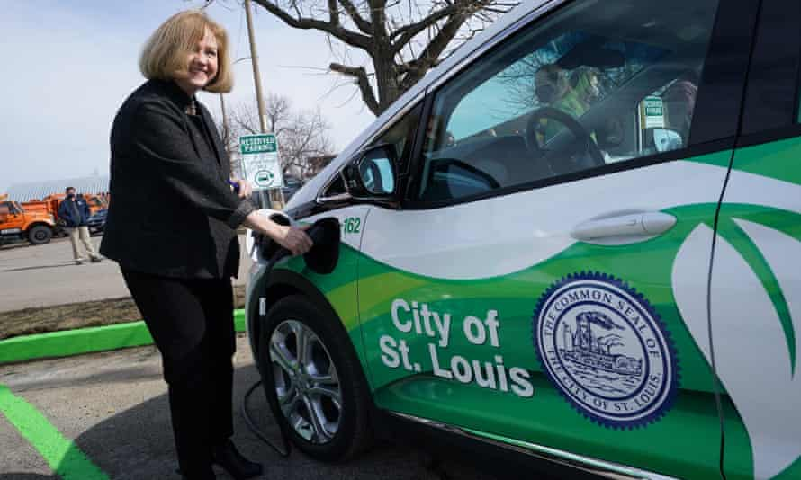 The St Louis mayor, Lyda Krewson, charges one of the city's first electric vehicles.