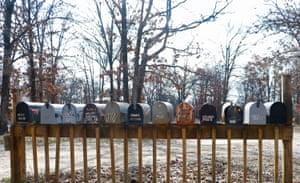 Uma série de caixas de correio é uma das muitas estradas privadas no The Ranch.