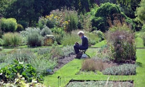Eileen Hogan sketching at the Chelsea Physic Garden.