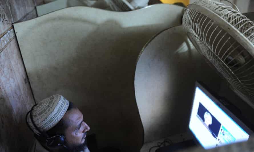 pakistani man in internet cafe