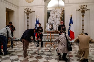 People sign condolence registers for Jacques Chirac at the Élysée palace in Paris on Thursday.