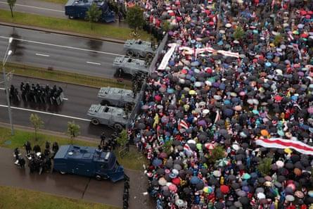 Les partisans de l'opposition participent dimanche à la marche de l'unité près du palais de l'indépendance en Biélorussie.