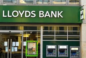 Cabang Lloyds. Grup perbankan telah memutuskan untuk membatalkan bonus staf untuk tahun 2020.