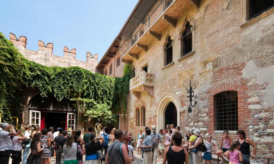 Juliet's balcony in the Via Cappello, Verona.