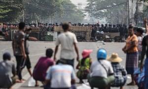 Polisi anti huru hara Myanmar memblokir jalan di Yangon selama protes terhadap kudeta militer