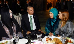 Turkish president Recep Tayyip Erdoğan and his wife Emine (second from right) have dinner with Bülent Ersoy (left) and singer Sibel Can
