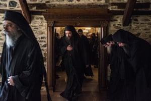 Οι μοναχοί εγκαταλείπουν το τράπεζα του Παντοκράτορα.