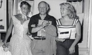 Pablo Picasso com sua filha, Maya, à direita, e a atriz francesa Vera Clouzot em 1955.