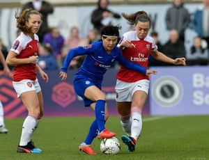 Jiattacks the Arsenal defence.