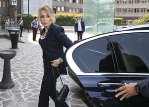 网上十大正规赌博平台的女儿玛丽娜抵达米兰的圣拉斐尔医院。