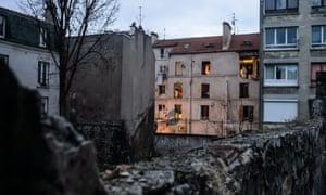 在圣丹尼8 rue du Corbillon的严重受损公寓的后视图