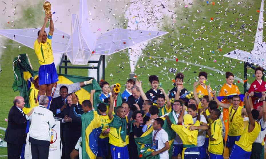 brezilya kaptanı cafu, haziran 2002'de almanya'yı 2-0 yenerek dünya kupası kupasını yükseltti.