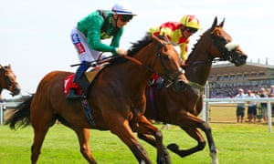 Vibrant Chords (nearside) beat Rio Ronaldo in the first race at Sandown but the second-placed runner was initially called the winner by mistake.