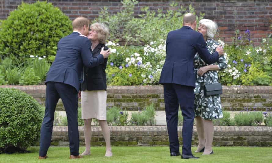 Pangeran Harry, kiri, dan Pangeran William menyapa bibi mereka, Sarah McCorquodale, kiri, dan Jane Fellowes, kanan