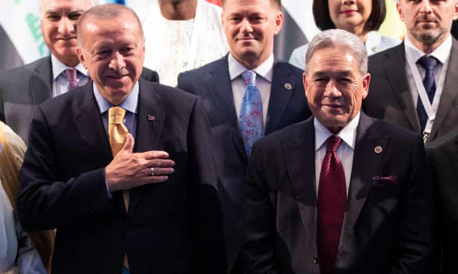Recep Tayyip Erdoğan (L), and New Zealand's Winston Peters pose for a group photo in Istanbul.