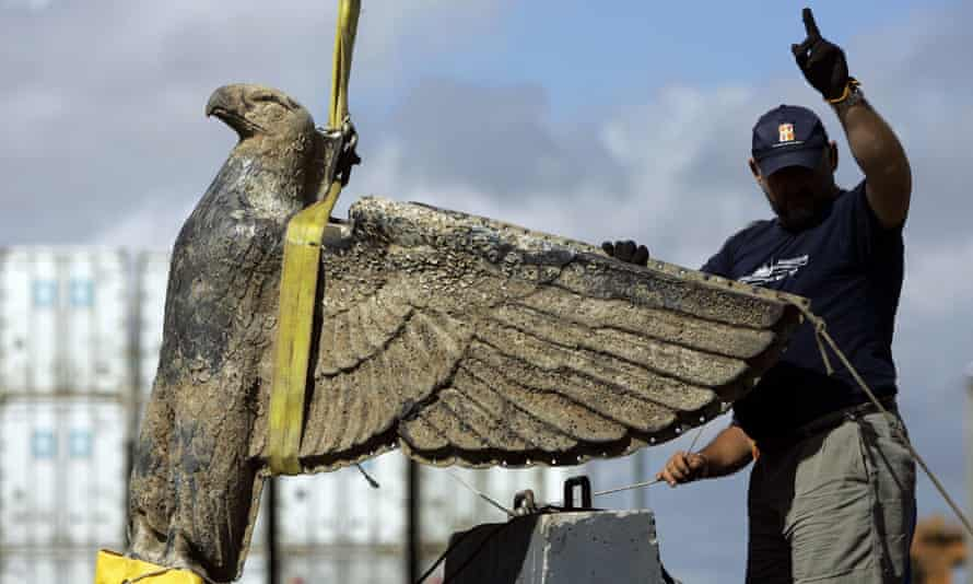 A worker directs the salvage of the bronze eagle in Montevideo, Uruguay, on 10 February 2006. The divisive symbol has been kept hidden inside a sealed crate in a Uruguayan navy warehouse for more than a decade.