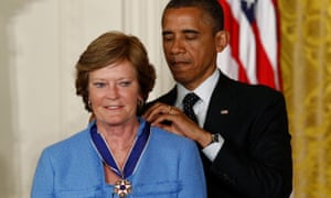 Pat Summitt receives the presidential medal of freedom from Barack Obama in May 2012.