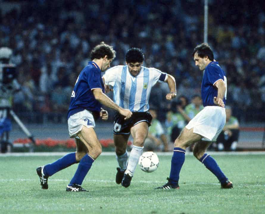 Paresi affronta Maradona ai Mondiali del 1990.