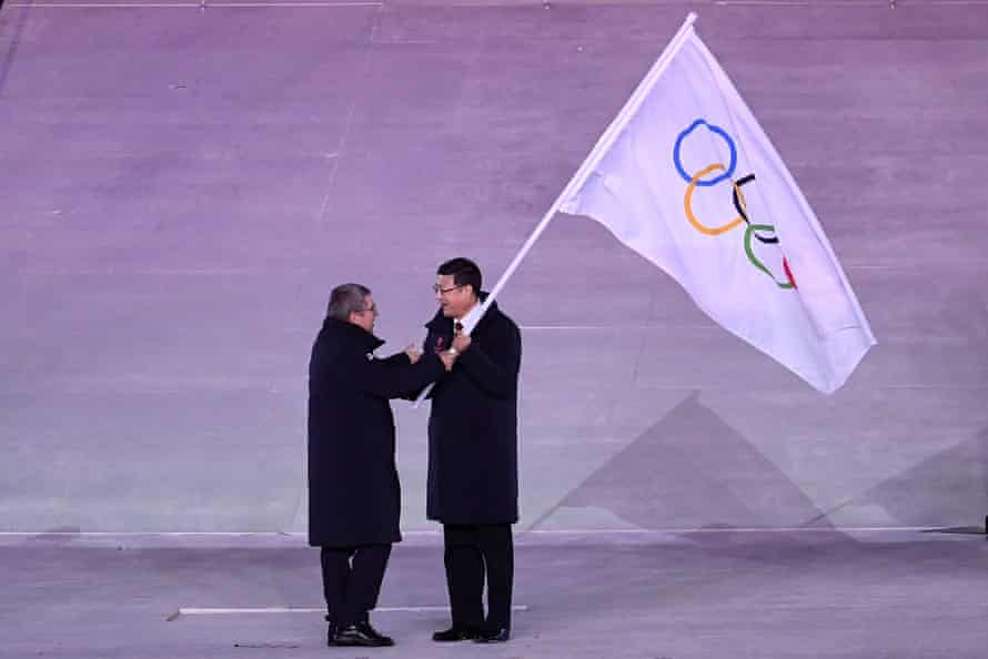 The president of the International Olympic Committee, Thomas Bach, and the mayor of Beijing, Chen Jining, in the Olympic flag handover ceremony