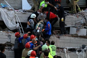 Rescue workers evacuate the wounded in İzmir