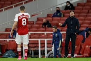Arsenal Manager Mikel Arteta speaks with Dani Ceballos.