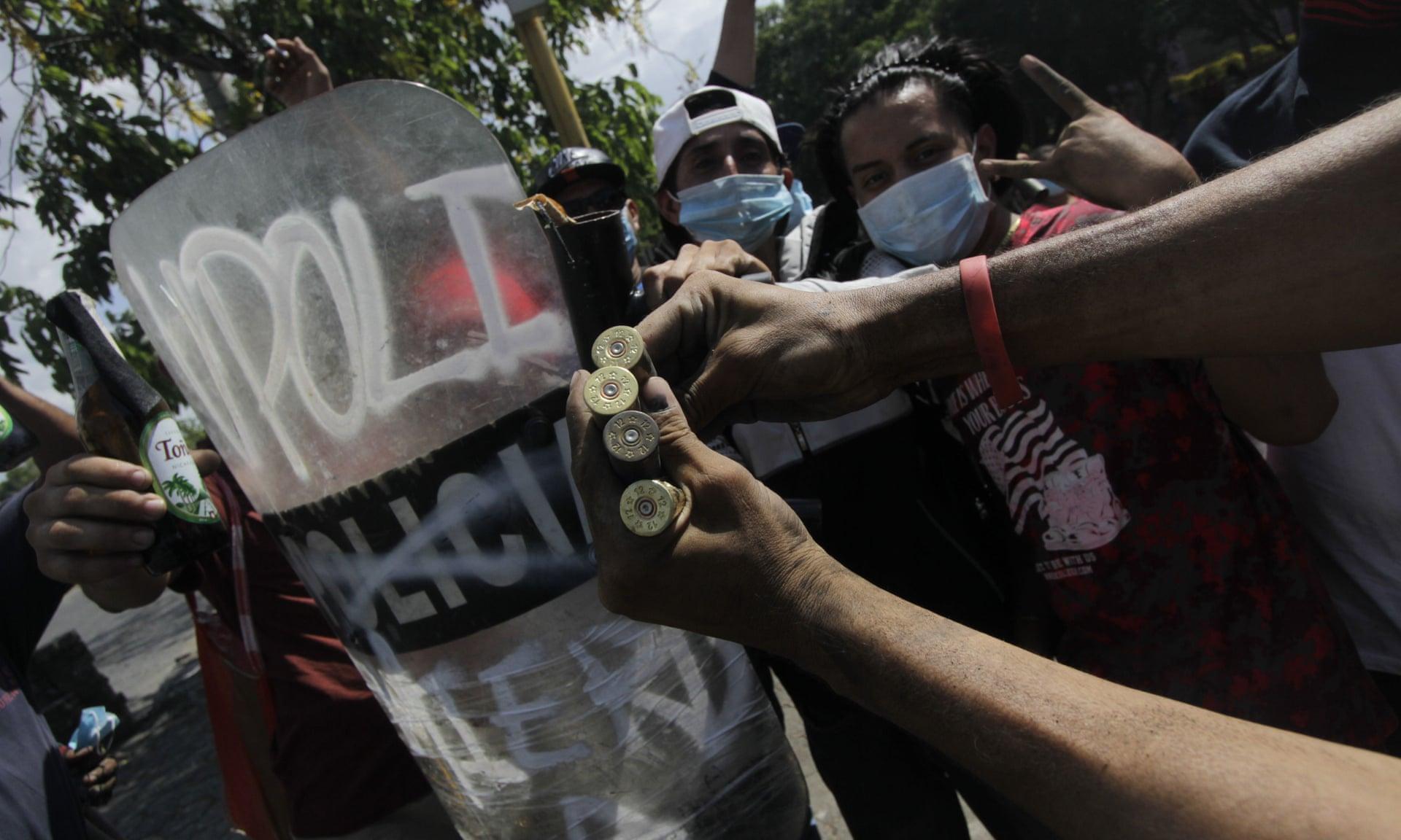 I manifestanti mostrano i bossoli dei proiettili veri con cui la polizia gli avrebbe sparato contro durante le manifestazioni a Managua. Credits to: Inti Ocon/AFP/Getty Images.