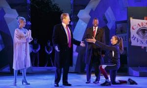 Tina Benko, zostawiła, opowiada o żonie Cezara, Calpurnii i Gregg Henry, po lewej, gra Juliusza Cezara podczas próby próbnej.