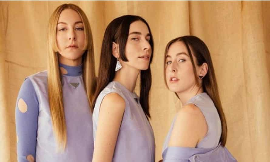 Haim wearing the hime cut for the Grammys