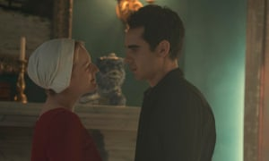 Offred (Elisabeth Moss) and Nick (Max Minghella)