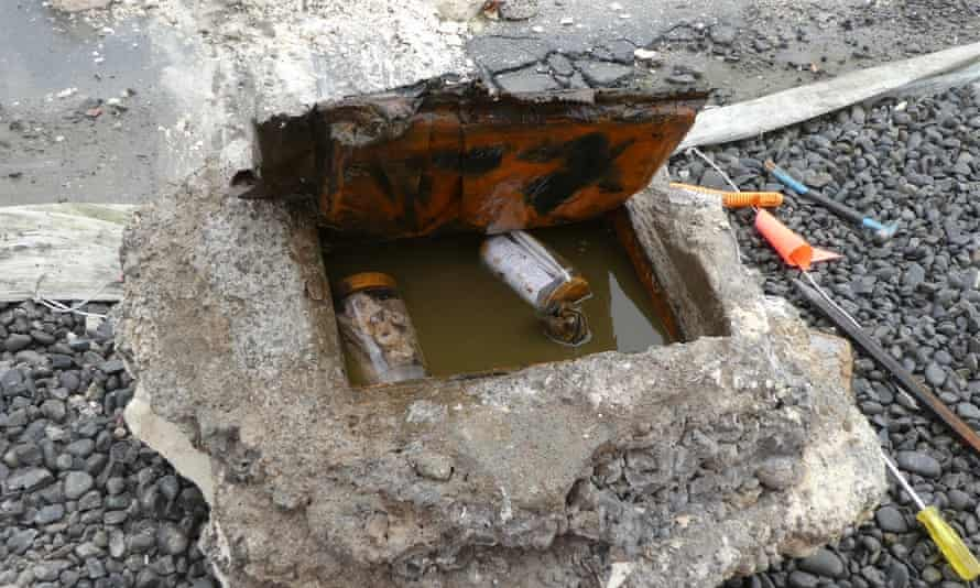 گاوصندوق حاوی شیشه های قهوه پر از آثار و استخوانهای مقدس کلیسای جامع کاتولیک کریستچرچ ، که در حین کار تخریب کشف شده است.