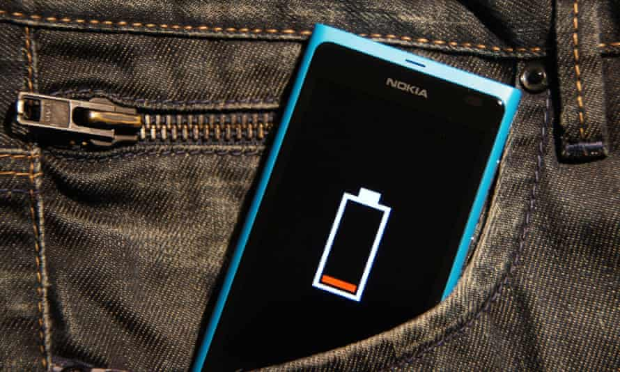 Low battery symbol on the Nokia Lumia 800 in a jeans pocket