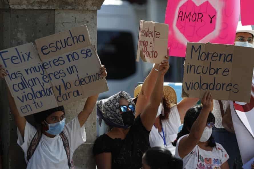زنان در روز 24 فوریه علیه رئیس جمهور آرژانتین ، آلبرتو فرناندز در ایگوالا ، مکزیک اعتراض کردند.
