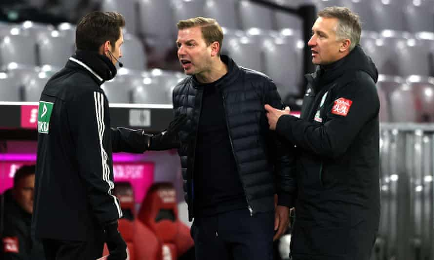 Florian Kohfeldt has to be held back by Frank Baumann during a discussion with the fourth official.